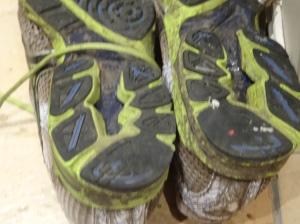 Og slik ser skoa ut etterpå. Litt småslitt på hælen etter nattens subbing. Jeg trodde de skulle se enda verre ut under. Mizuno skoene tåler mye!